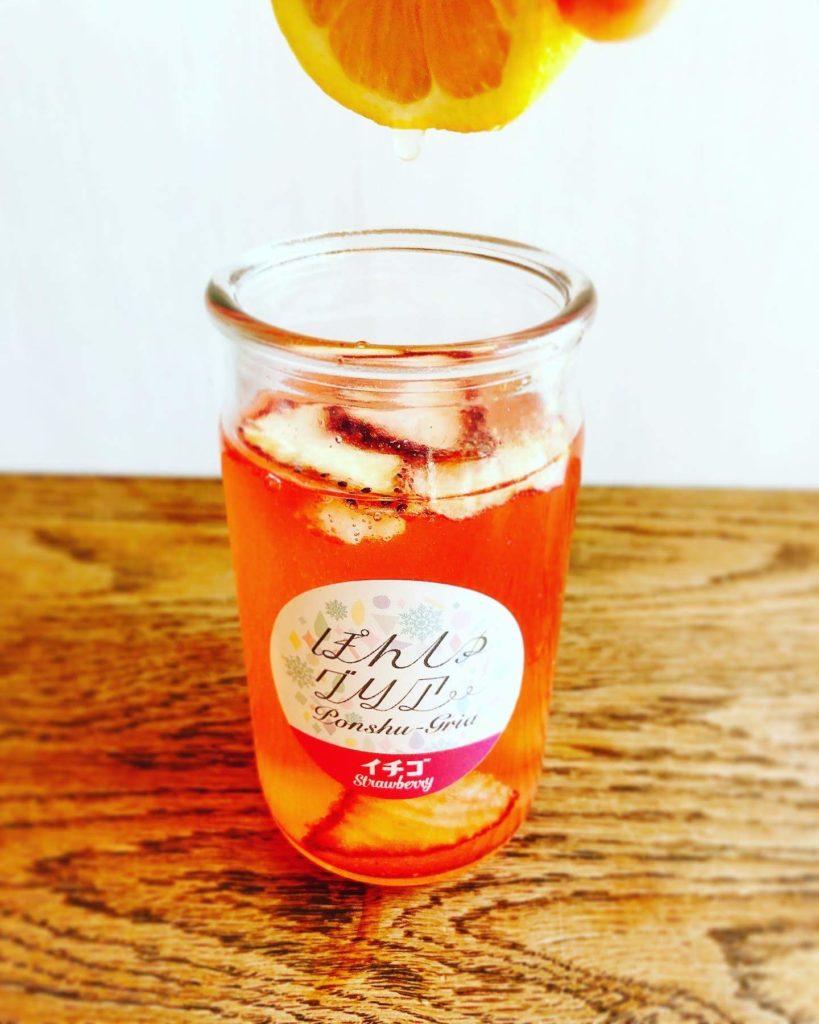 レモン果汁を加えてかき混ぜ、レモンの輪切りとストローを添える
