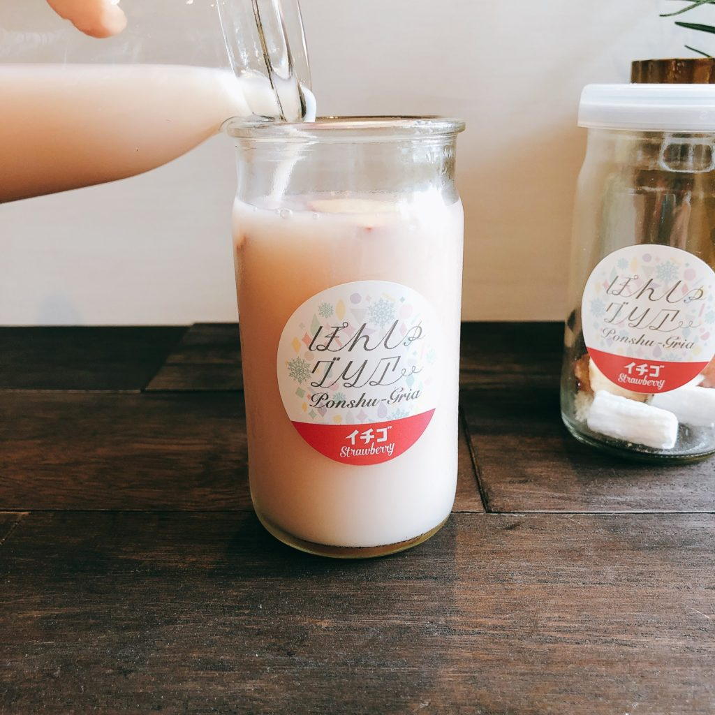 ぽんしゅグリア「いちご」にお好みの日本酒を半分入れ、いちごミルクを注ぐ