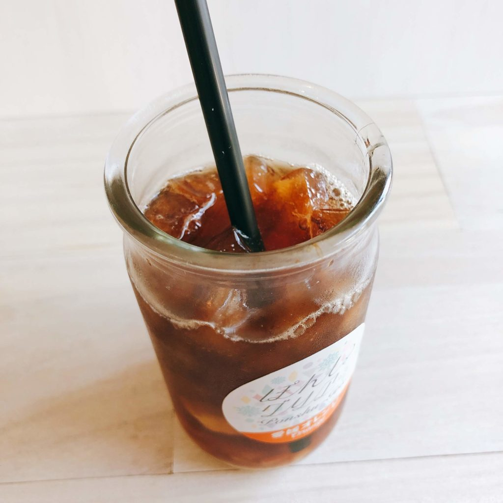 ぽんしゅグリア氷コーヒーアレンジにストローをさす