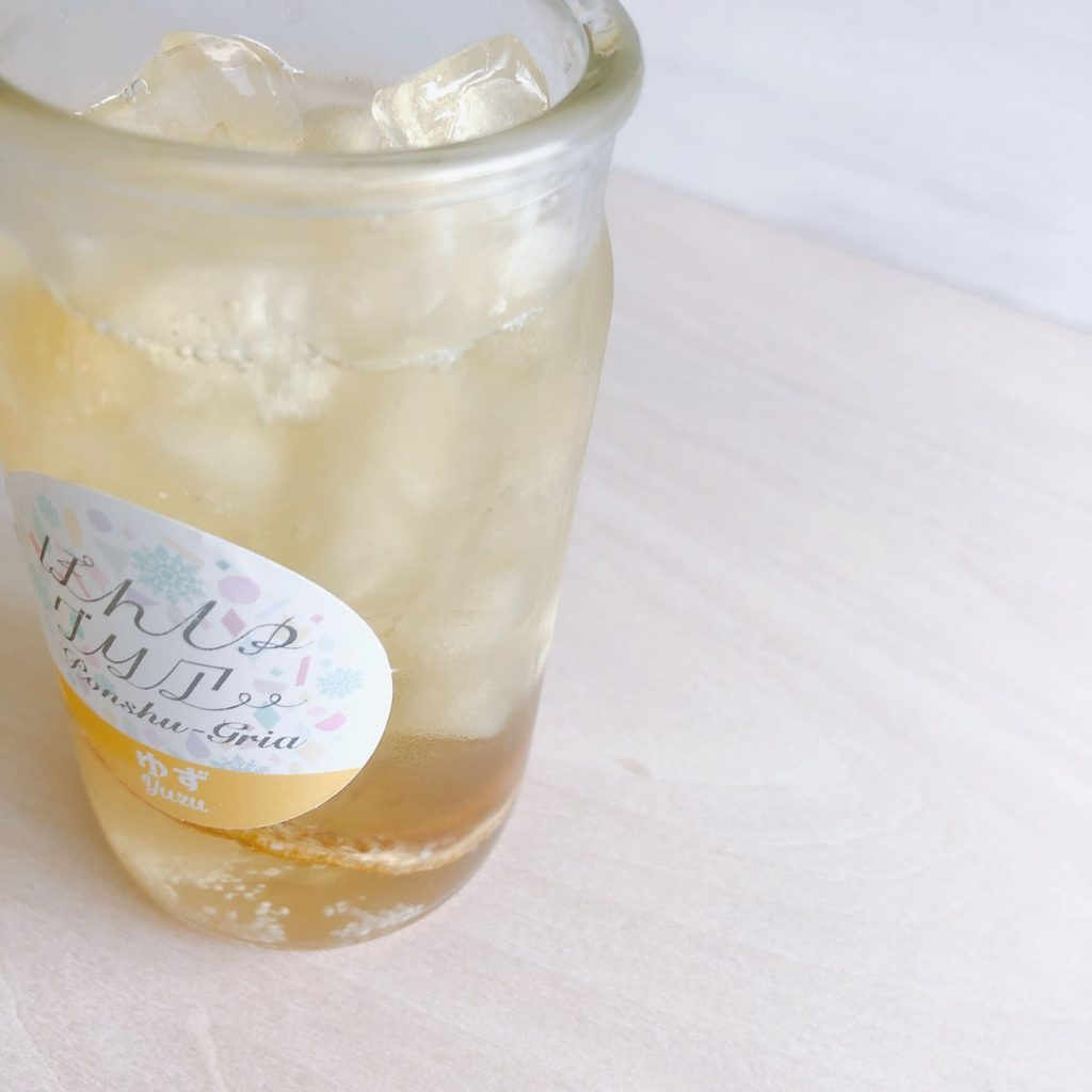 日本酒カクテルの素・ぽんしゅグリア「ゆず」に緑茶氷をたっぷり入れ、日本酒を注ぐ